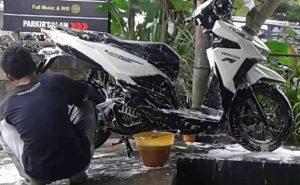 Cara Merawat Motor Matic - cuci motor