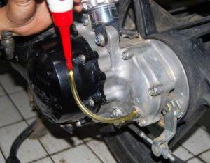 Cara Merawat Motor Matic - ganti oli gardan motor