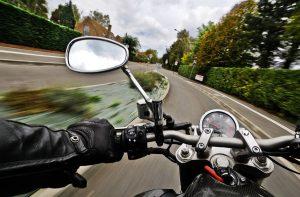 tips mengendarai motor dengan aman