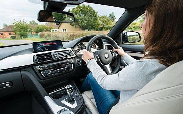 Cara Memegang Setir Mobil yang Benar