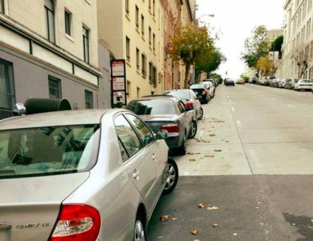 Cara Memposisikan Ban Gigi Saat Parkir Mobil Di TanjakanTurunan