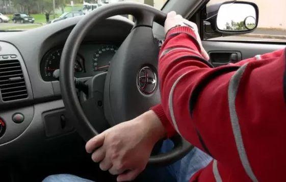 Cara Pegang Setir Mobil yang Benar