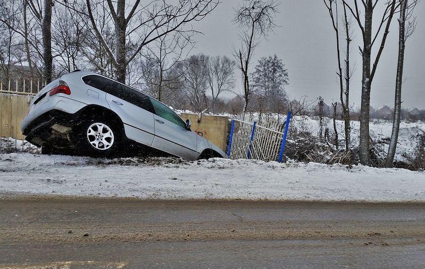 Teknik Menghindari Kecelakaan Saat Pecah Ban Mobil