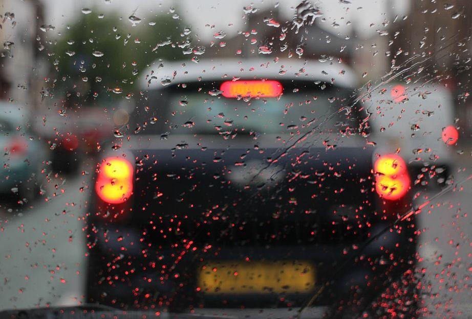jaga jarak berkendara bila hujan